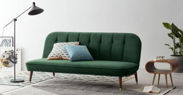 Un canapé en velours vert aux formes arrondies pour un effet cocooning.