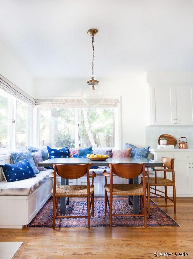 Tapis, chaises en bois et coussins, pour une ambiance chaleureuse !