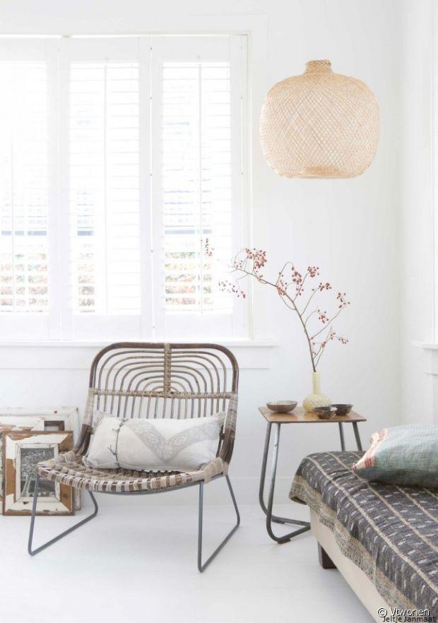 Si vous avez la place, ajoutez un joli fauteuil en bois ou rotin dans un coin de la pièce.