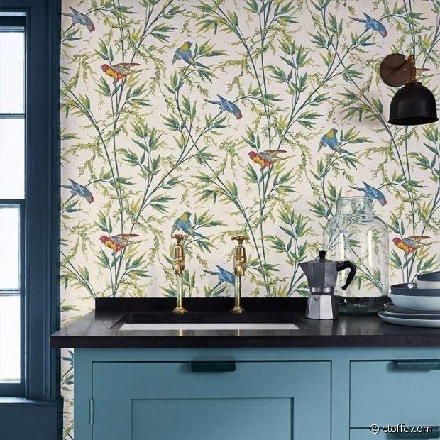 L'harmonie colorée entre le papier peint et les meubles est parfaite