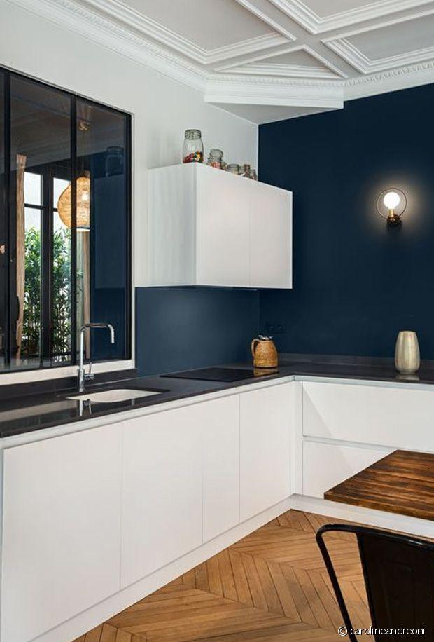 La peinture foncée crée un vrai effet de profondeur dans cette petite cuisine