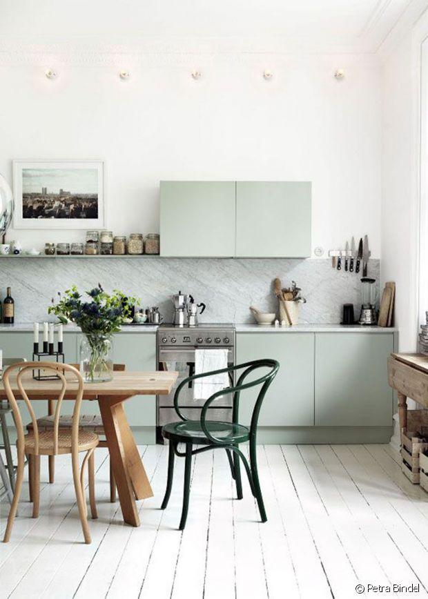Cuisine contemporaine, table classique et chaises vintage !