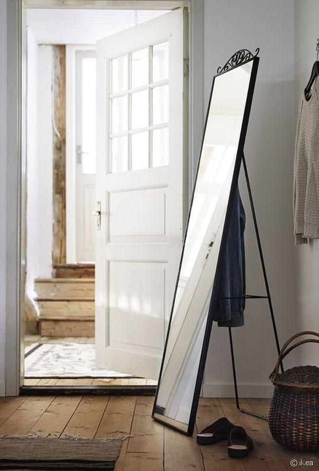 Le miroir sur pied peut habiller une entrée trop vide